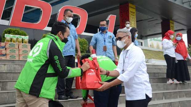 Pelindo 1 menyalurkan bantuan berupa 500 paket sembako kepada masyarakat, khususnya kepada para pengemudi transportasi online dan transportasi umum.